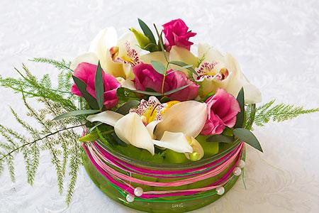 Бело-розовая композиция на стол гостей из живых цветов