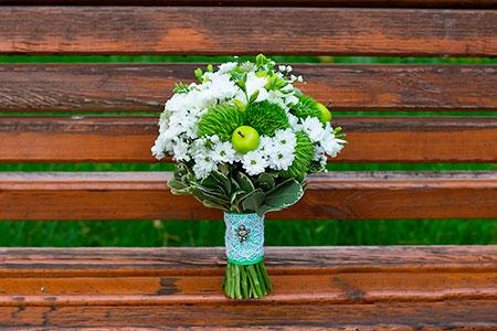 Свадебный букет невесты в бело-зеленых тонах