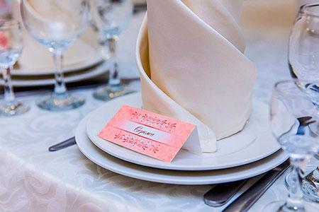 Именная карточка гостя на свадьбе в розовом цвете
