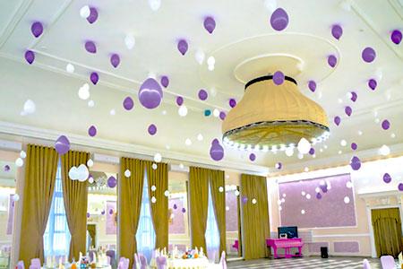 Оформление потолка банкетного зала воздушными шарами с гелием