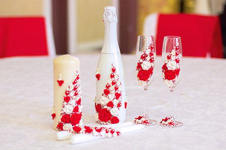 Бутылка с шампанским, бокалы и свечи, оформленные бело-красными розочками из полимерной глины
