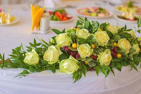 Цветочная композиция на стол гостей из белых роз