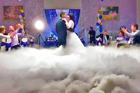 Запуск тяжелого дыма во время первого танца молодоженов