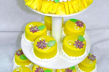 Пирожные желтого цвета, как альтернатива свадебному торту