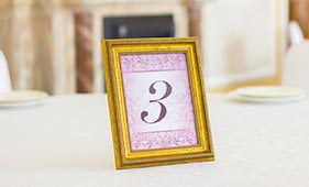 Номерок на стол гостей в лиловом цвете