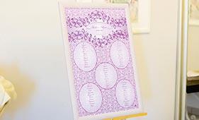 План рассадки гостей на свадьбе лилового цвета с кружевами