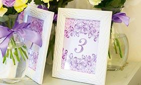 Номерок на стол гостей лилового цвета с кружевами