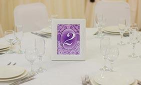 Номерок на стол гостей фиолетового цвета