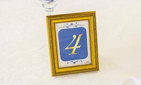 Номерок на стол гостей в бело-синем цвете