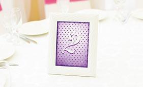 Бело-фиолетовый номерок на стол гостей