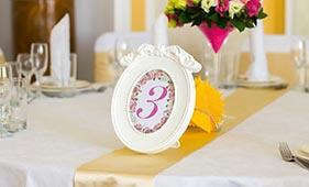 Номерок на стол гостей на свадьбе c изображением пионов