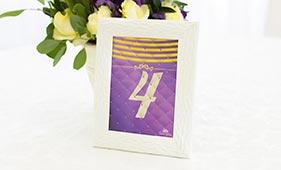 Фиолетово-золотой номерок на стол гостей