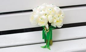Свадебный букет невесты из белых пионов