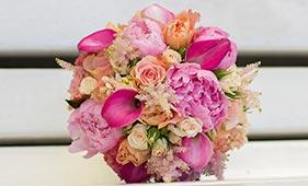 Свадебный букет невесты из розовых пионов калл и персиковых роз