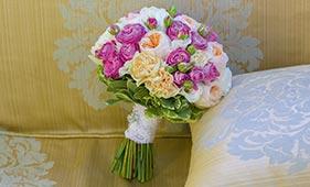 Бело-розовый букет невесты из роз
