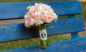Кремовый свадебный букет невесты из роз