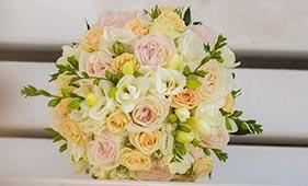 Розово-кремовый букет невесты из пионовидных и кустовых роз лизиантусов и фрезий