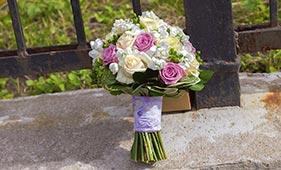 Свадебный букет невесты из белых и розовых роз