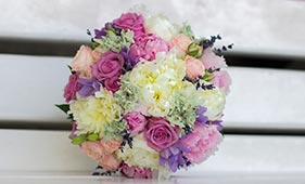Свадебный букет невесты из пионов, роз и васильков