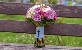 Свадебный букет невесты из сиреневых и белых роз