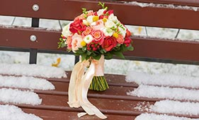 Свадебный букет невесты из роз и ранункулюсов