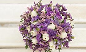 Бело-сиреневый свадебный букет невесты с тюльпанами