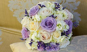 Свадебный букет невесты из сиреневых и белых роз и белой маттиолы