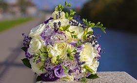 Бело-сиреневый свадебный букет невесты с лавандой