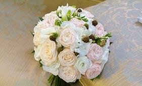 бело-розовый букет невесты из пионовидных роз и лизиантусов