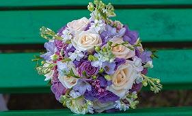 Кремово-сиреневый свадебный букет невесты
