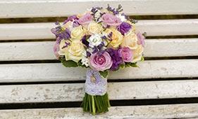 Кремово-сиреневый свадебный букет невесты из роз с лавандой
