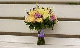 Свадебный букет невесты из белых и сиреневых роз