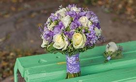 Бело-сиреневый свадебный букет невесты из роз и фрезий