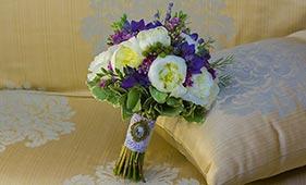 Бело-сиреневый свадебный букет невесты с белыми пионами
