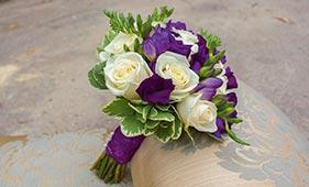 Бело-фиолетовый свадебный букет невесты