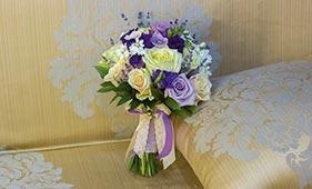 Бело-сиреневый свадебный букет невесты из роз и лаванды