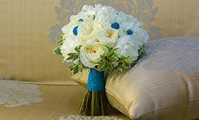 Свадебный букет невесты из белых роз и пионов