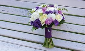 Бело-фиолетовый свадебный букет невесты с пионами и маттиолой