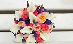 Свадебный букет невесты с пионовидными розами и белыми каллами