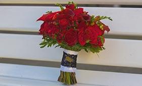 Свадебный букет невесты из красных роз и калл