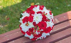 Свадебный букет невесты из красных роз и белых хризантем