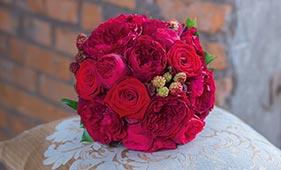 Свадебный букет невесты из красных пионовидных роз