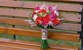 красно-розовый свадебный букет невесты с орхидеями