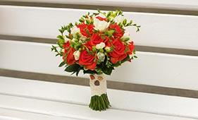 Бело-коралловый свадебный букет невесты из роз