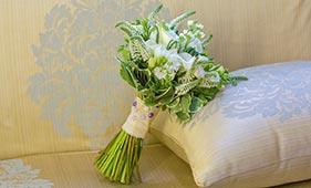 Бело-зеленый свадебный букет невесты с белыми каллами