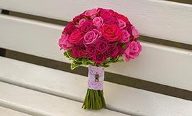 Бело-розовый свадебный букет невесты из роз