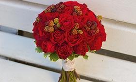 Свадебный букет невесты из красных роз и ежевики