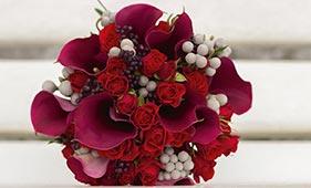 Свадебный букет невесты из бордовых калл и красных роз