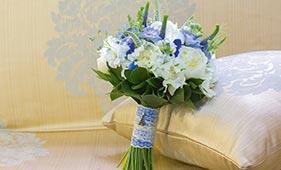 Бело-голубой свадебный букет невесты с пионами
