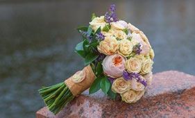 Кремовый свадебный букет невесты из пионовидных и кустовых роз